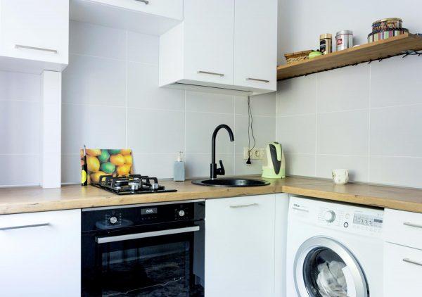 128_Небольшая-угловая-кухня-с-крашенными-фасадами