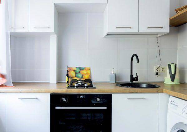129_Небольшая-угловая-кухня-с-крашенными-фасадами