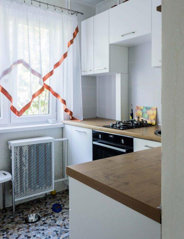 130_Небольшая-угловая-кухня-с-крашенными-фасадами