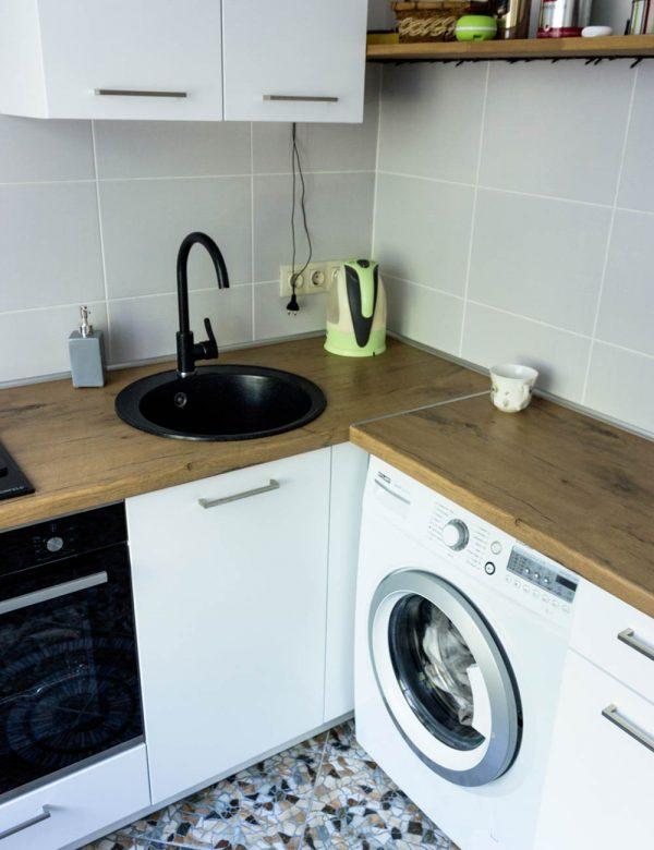 132_Небольшая-угловая-кухня-с-крашенными-фасадами