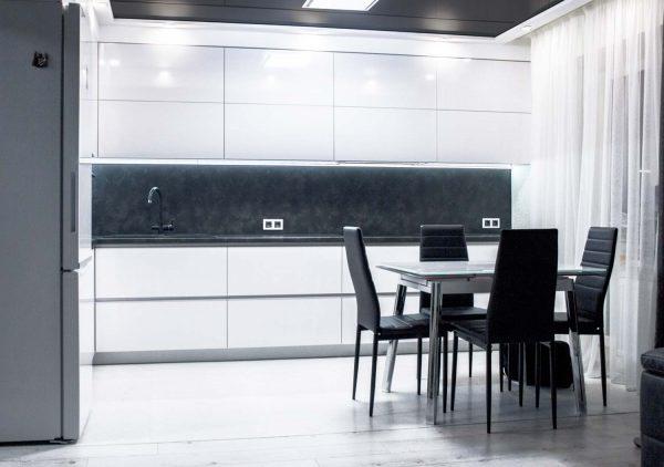 50_Кухня-с-белыми-пластиковыми-фасадами