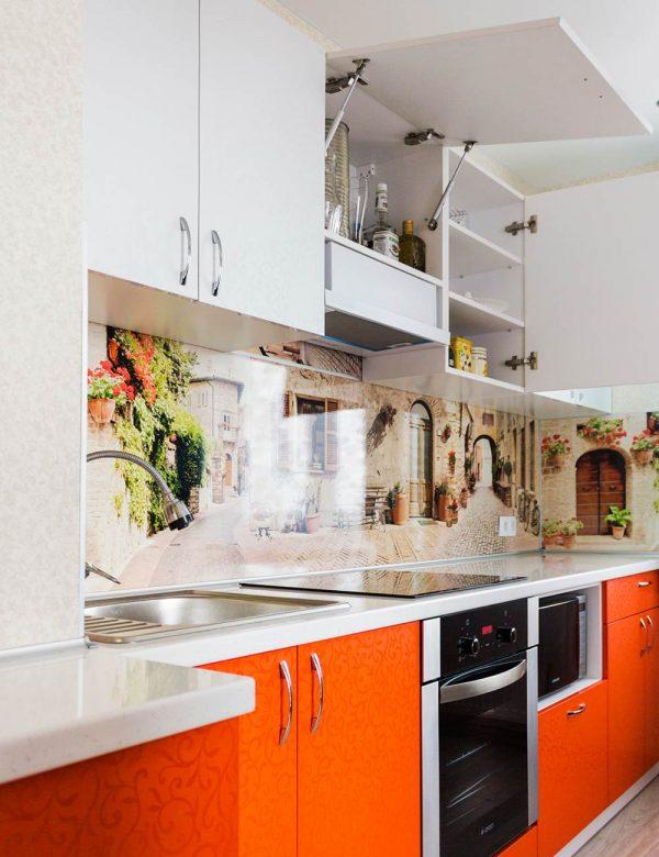 86_Кухня-с-яркими-пластиковыми-фасадами