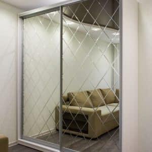 Шкаф-купе с дверями из зеркала фрезерованного