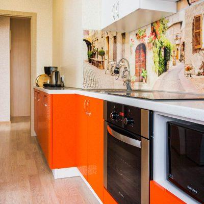 85_Кухня-с-яркими-пластиковыми-фасадами
